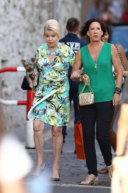 Na procházce po Saint Tropez s kamarádkou a psíkem