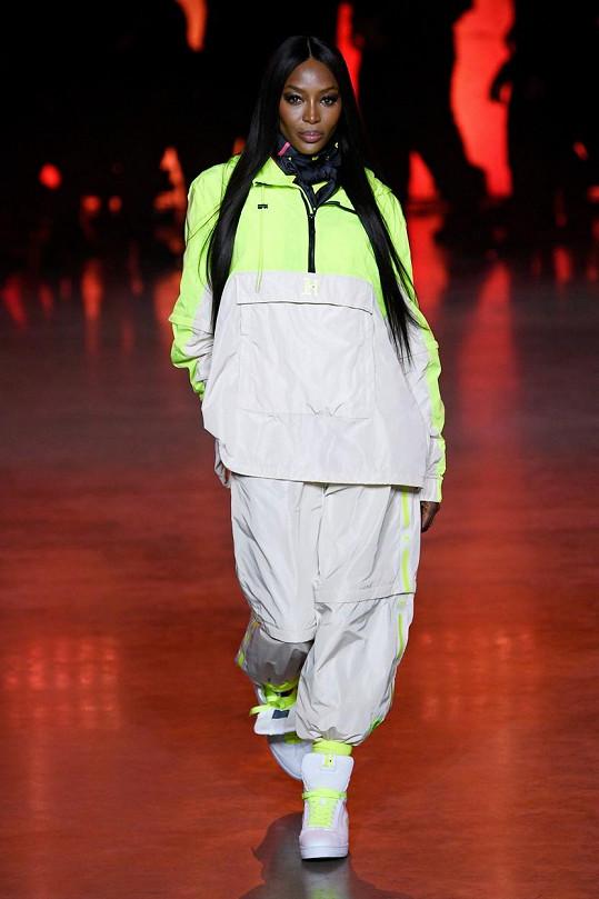 Naomi stále chodí přehlídky, takhle zářila v únoru na týdnu módy v Londýně.