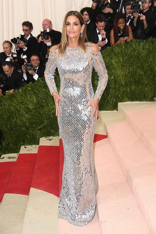 Dress code se podařil dokonale dodržet také nestárnoucí Cindy Crawford, kterou oblékl dům Balmain.