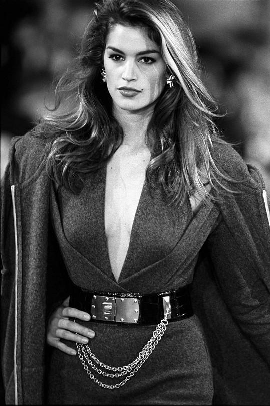 Cindy Crawford na přehlídce značky Donna Karan v roce 1992