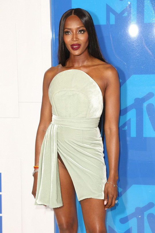 Naomi jako by zastavila čas.
