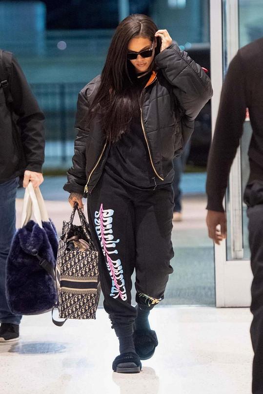 Rihanna neoceňuje pohodlí tepláků pouze během cestování, ale i v běžném životě.