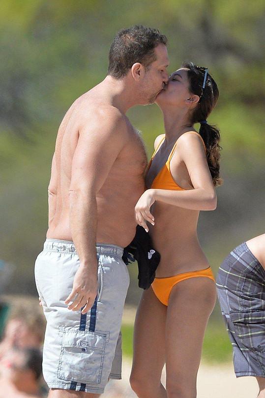 Dane Cook a Kelsi Taylor na Havaji si užívají jeden druhého na Maui.