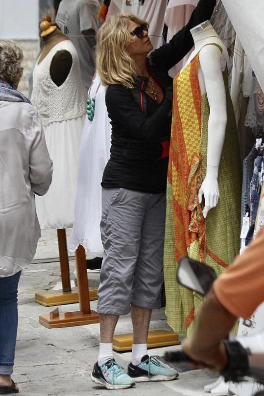 ...Goldie si prohlédla stánky na místním trhu.