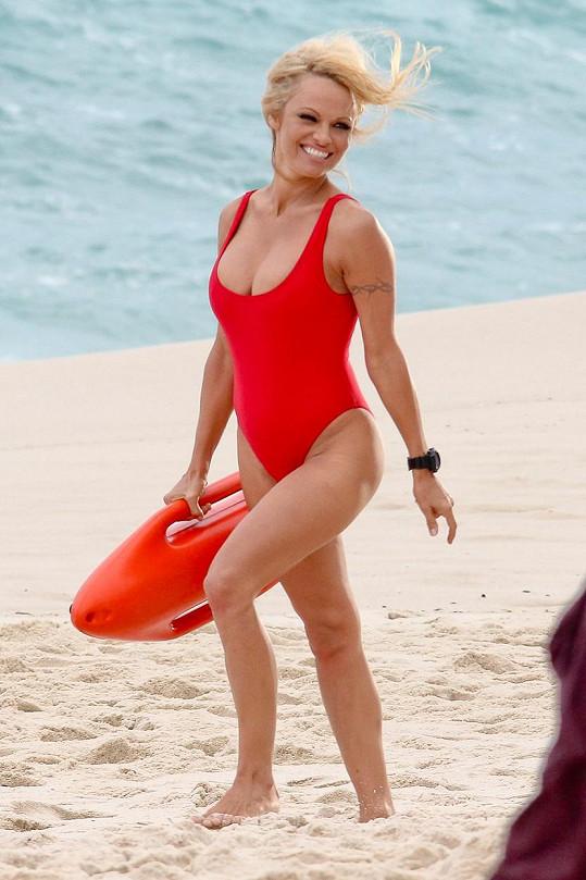 Zde originál - Pamela Anderson v roce 2012 při natáčení reklamy