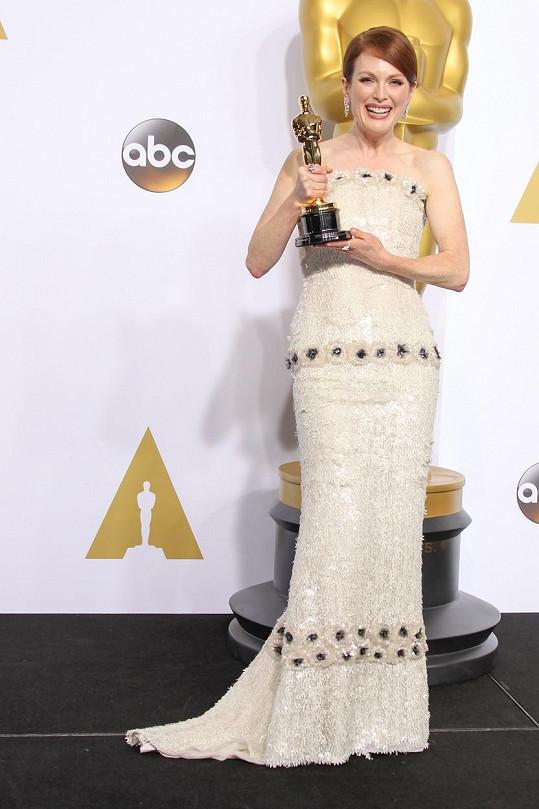 Neuvěřitelných 987 hodin trvalo, než vznikly šaty pro držitelku Oscara za nejlepší herecký výkon Julianne Moore.