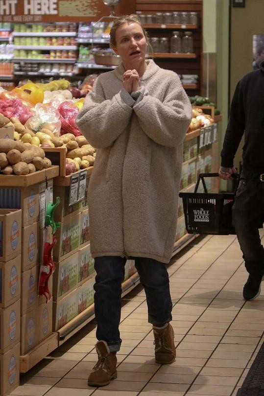 V Los Angeles přituhlo a herečka se v obchodě potřebovala i trochu zahřát.