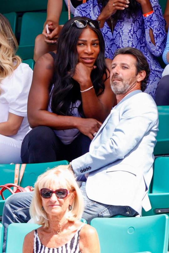 Serena Williams se svým trenérem Patrickem Mouratoglouem sleduje tenisový zápas.