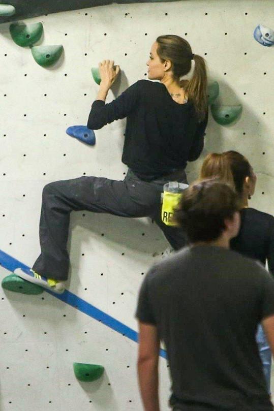 Energii věnuje svým dětem, neděli strávila s dvojčaty v hale na lezecké stěně.