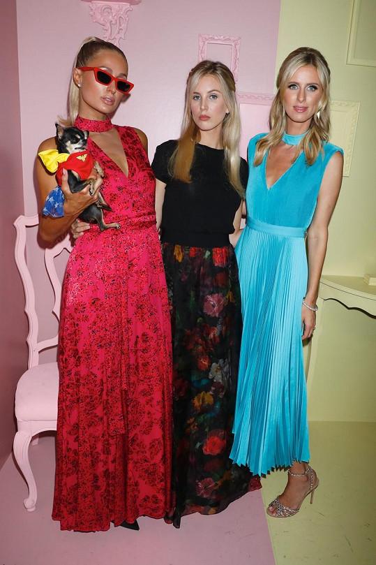 Tessa (uprostřed) se švagrovými Paris (vlevo) a Nicky