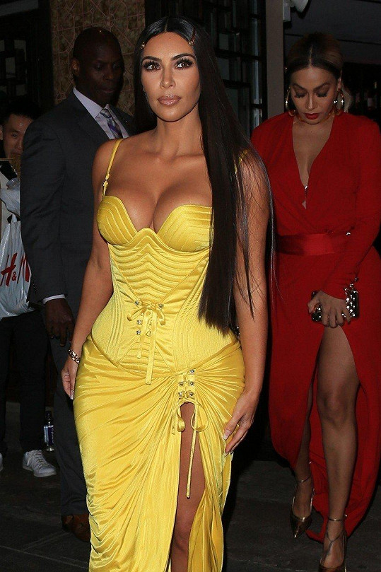 Skutečná Kim Kardashian jen s jinými vlasy