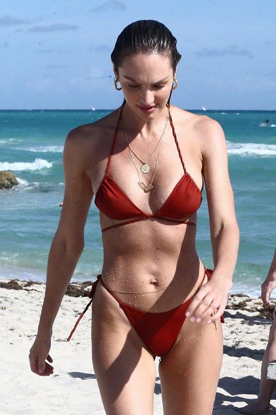 Modelka má po dvou porodech bezvadnou postavu.