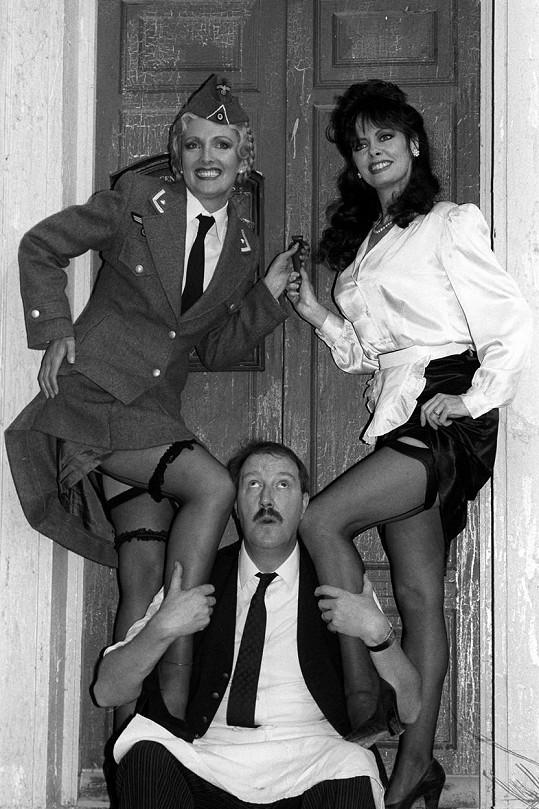 Kim Hartman (Helga), Vicki Michelle (Yvette) a Gorden Kaye (René) v seriálu Haló, Haló