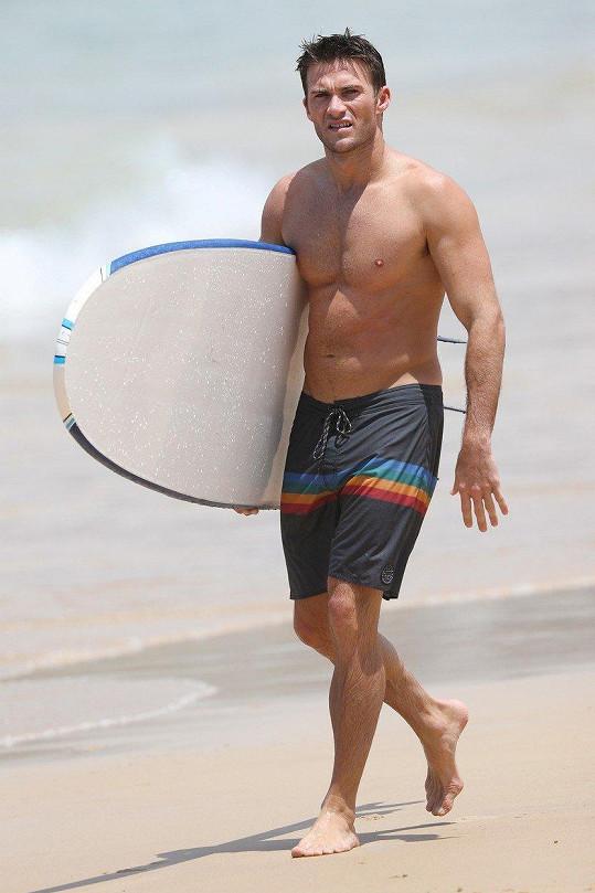 Věnuje se většinou surfování nebo plážovým sportům.