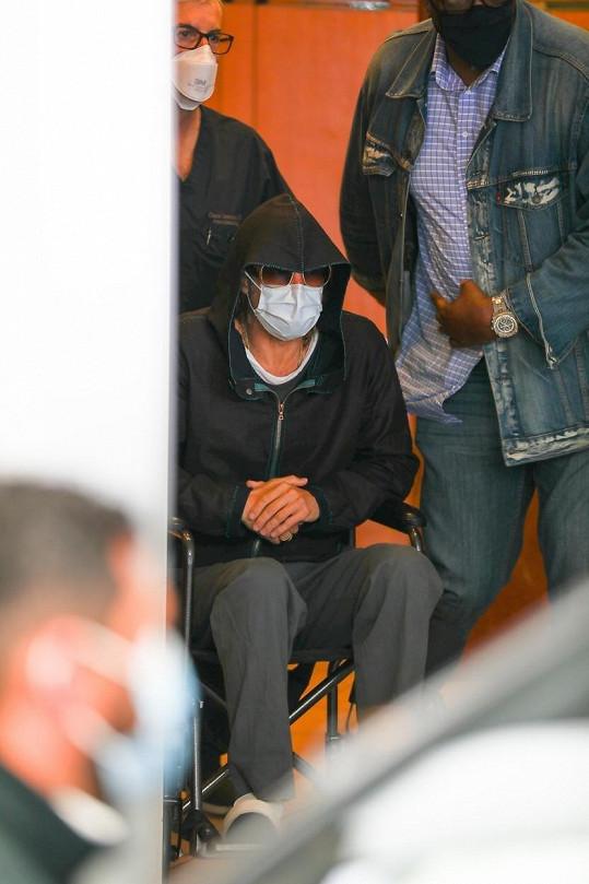 Kvůli anestezii při zákroku jej vyváželi na kolečkovém křesle, ale zdroje z blízkého okolí ubezpečily fanoušky, že o nic vážného opravdu nešlo.