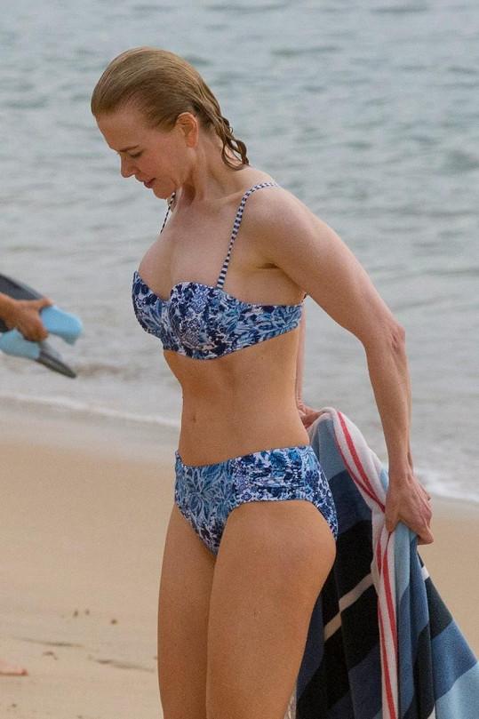 Tuhle postavičku herečka udržuje zřejmě i plaváním.