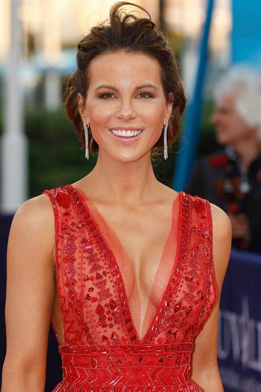 Nestárnoucí herečka zářila na červeném koberci.