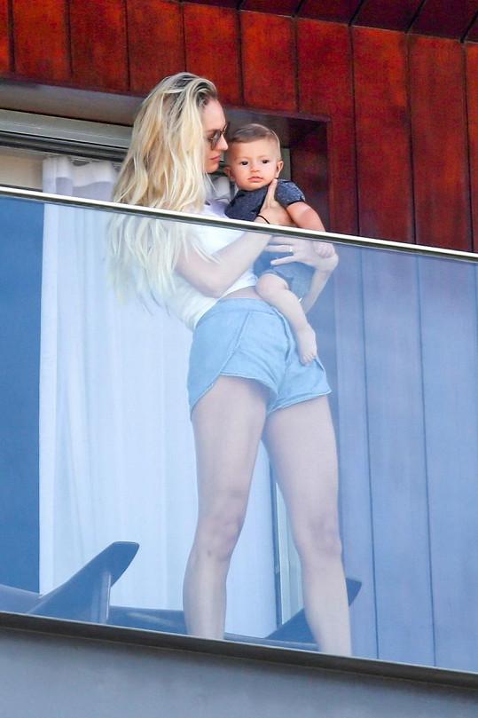 Candice s roztomilým synem na hotelovém balkoně