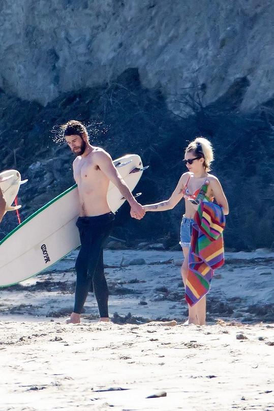 Liam je zkušený surfař.