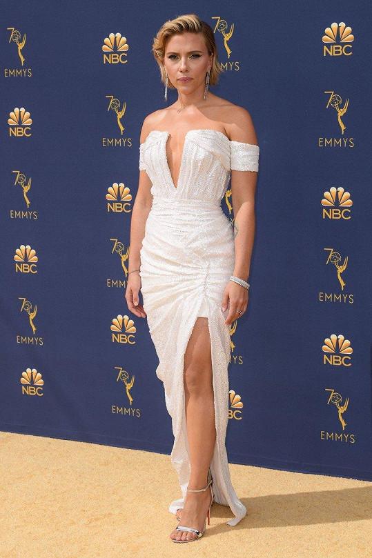 Scarlett Johansson je sexy, ať na sebe navlékne cokoliv.