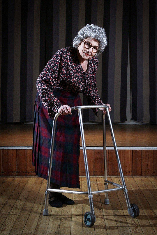Marilyn Bersey aka Foxy La Mer svou show začíná jako babička s chodítkem.