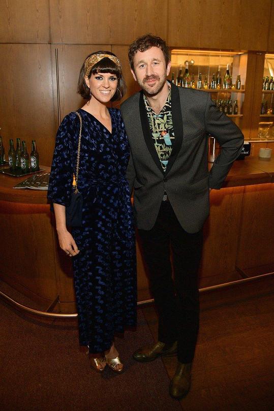 Chris O'Dowd a Dawn O'Porter. Co se seznámení s manželkou týče, zůstal O'Dowd tak trochu věrný své slavné roli. I když ji osobně potkal na večírku, netroufl si ji oslovit a později ji požádal o přátelství na Facebooku.