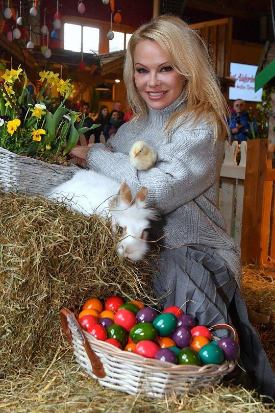 Pamela Anderson zapózovala se zvířátky na farmě.