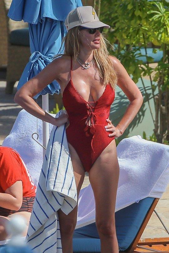 Modelka Susan Holmes se stále pyšní výstavní postavou.