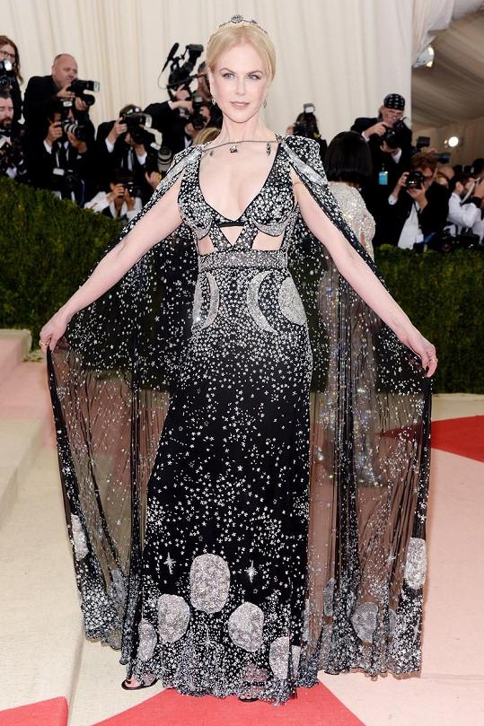 Princezna večernice Nicole Kidman v pohádkových šatech od Alexandra McQueena a ozdobená šperky Fred Leighton
