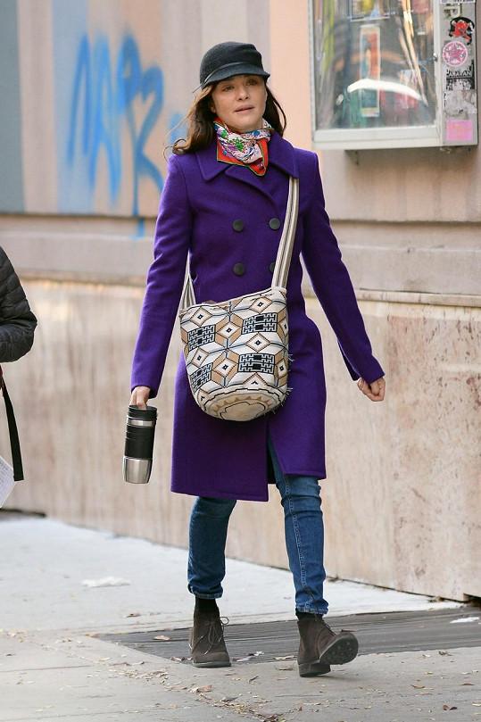 Rachel Weisz lichotku od moderátorky na přirozenou krásu nepřijala. Zde na jedné z mála fotek, kde nenalíčená v civilu nemá sluneční brýle.