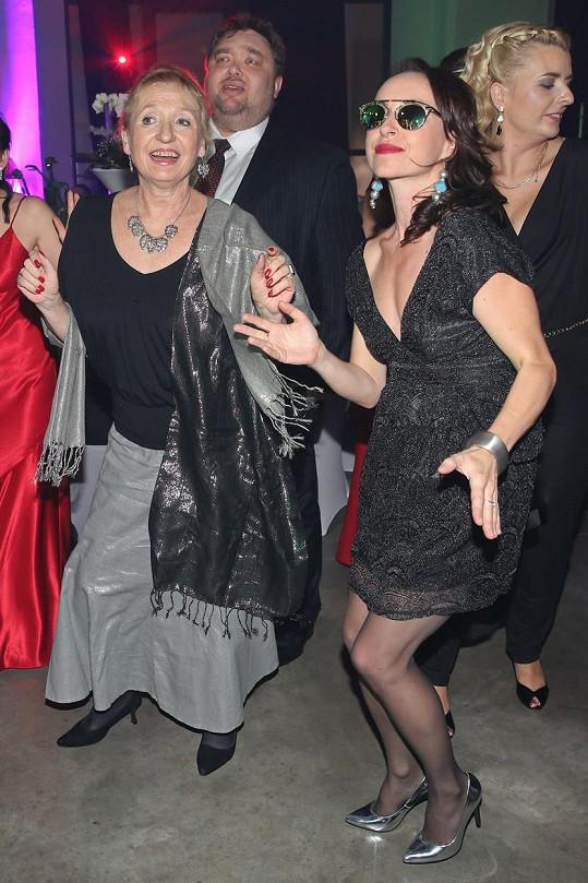 Tatiana Vilhelmová trsala s maminkou na brněnském plese.