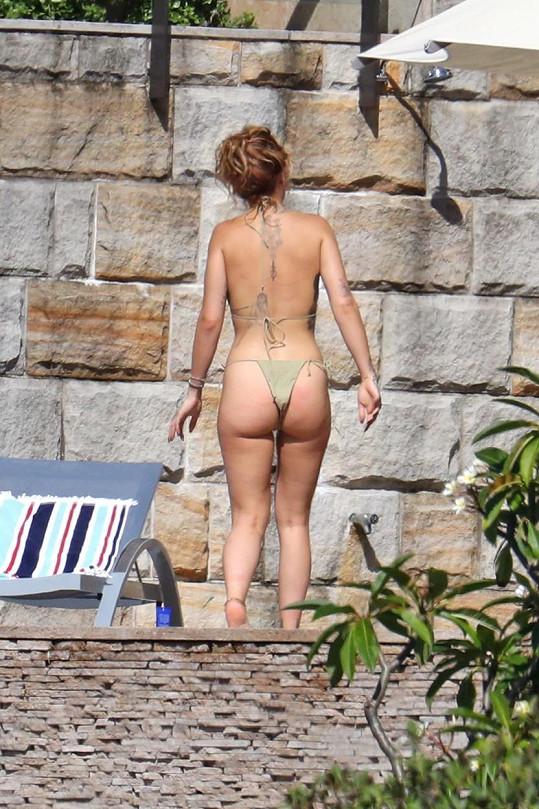 Rita Ora miluje úsporné plavky, aby se opálila všude.