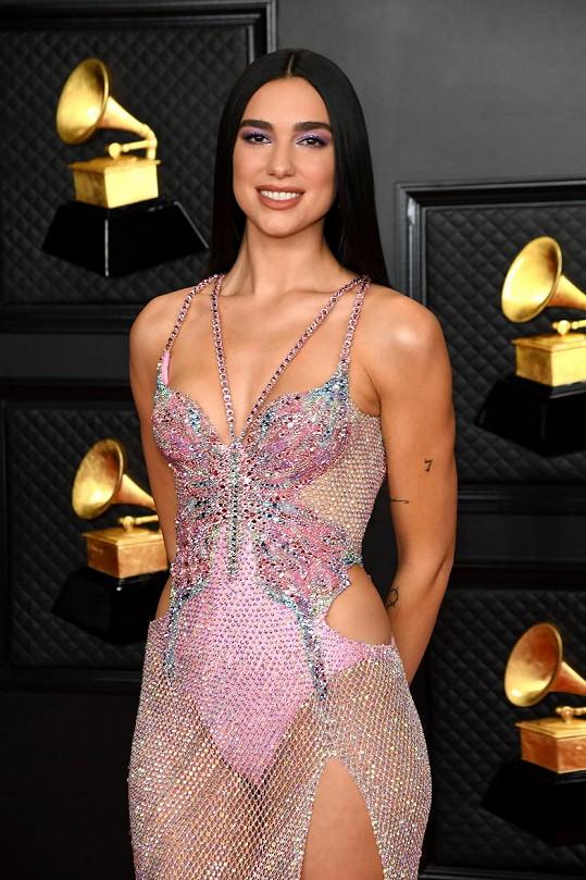 V šatech Versace zabodovala Dua Lipa.