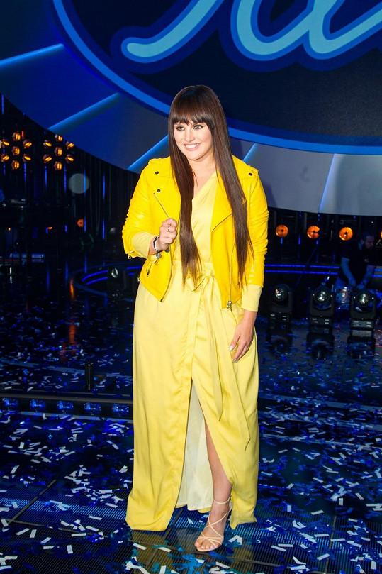 Ewiny šaty připomínají spíše župan a ta žlutá bundička celkový dojem vůbec nevylepšila.