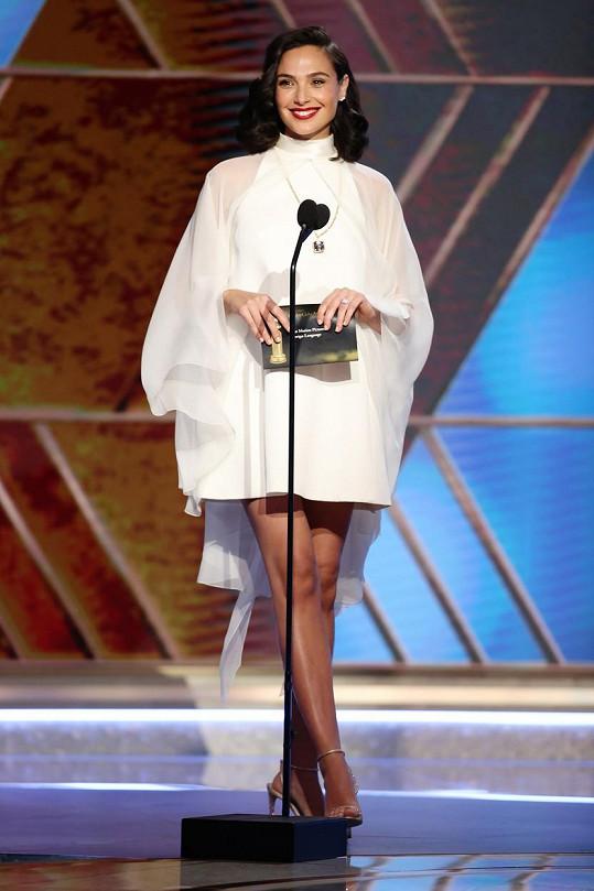 Gal Gadot odhalila krásné nohy v šatech od Givenchy.