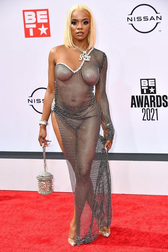 Hudebnice Kayykilo oblékla opravdu nahý model.