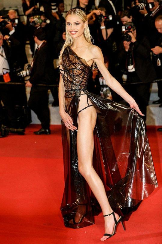 Meredith Mickelson výběr šatů trochu překombinovala.