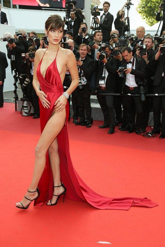 Bella Hadid si dovolila vzít rozparek do pasu.
