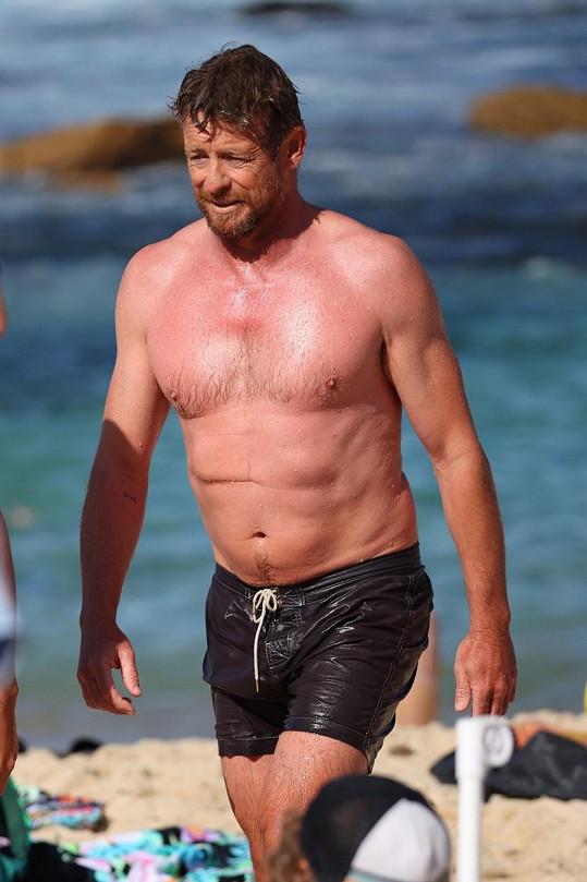 Simon Baker na pláži v Sydney.
