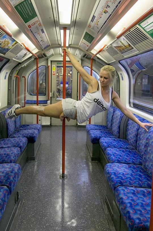 Vrhla se i na natáčení videí s tréninky pole dance na netradičních místech.