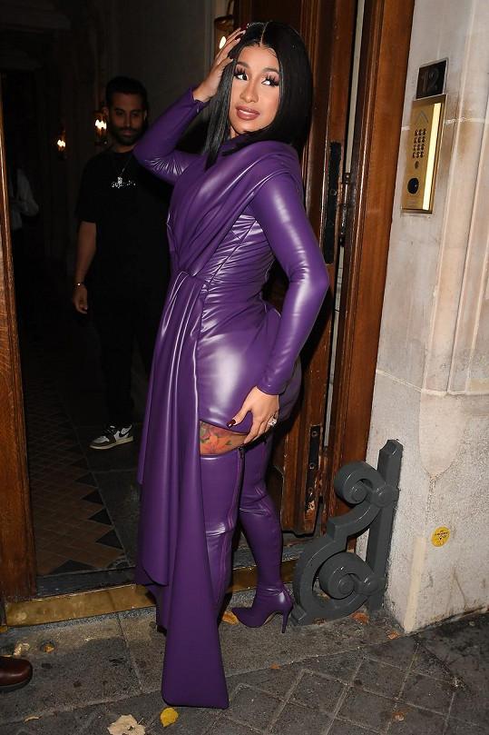 Outfit ukázala ze všech stran.