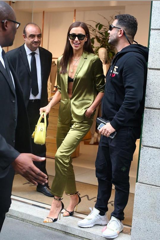Další den v Miláně vynesla jiný model, ale u odhalování spodního prádla zůstala.