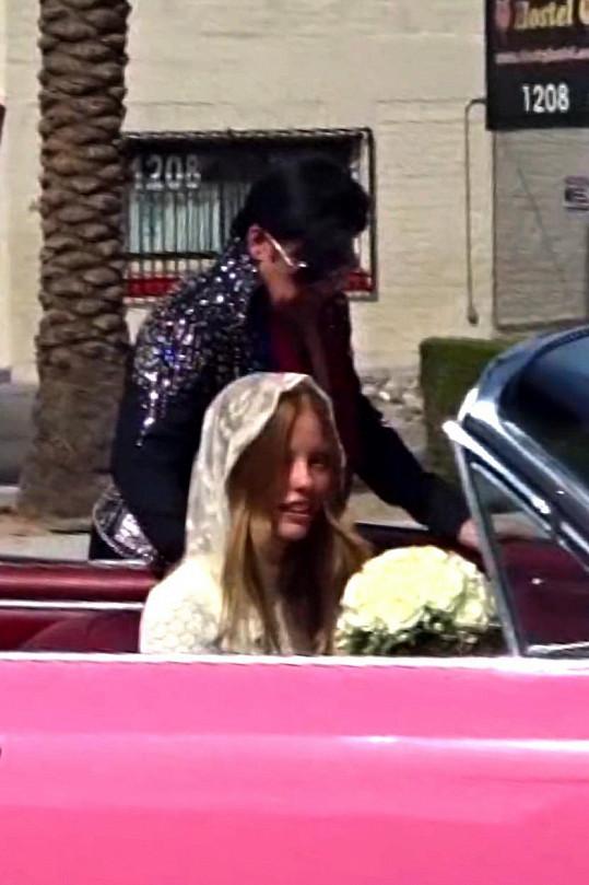 Mia Goth jako nevěsta