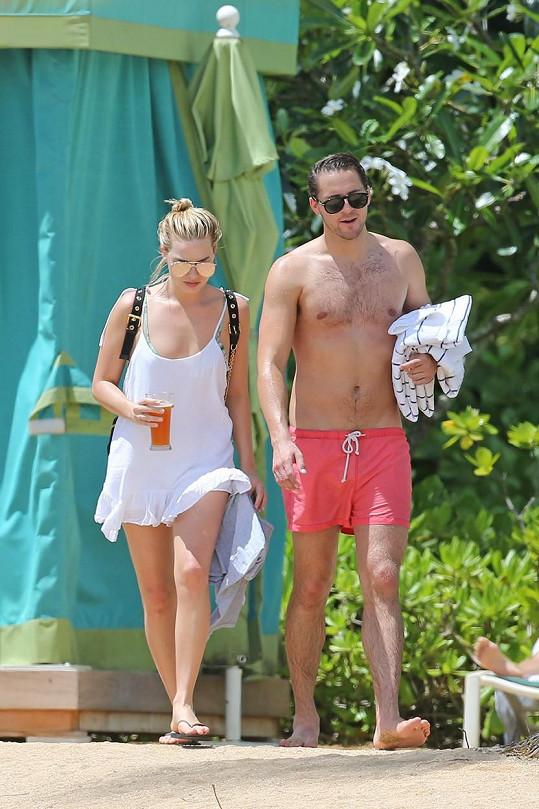 Herečku na Havaji doprovázel její přítel Tom Ackerley.