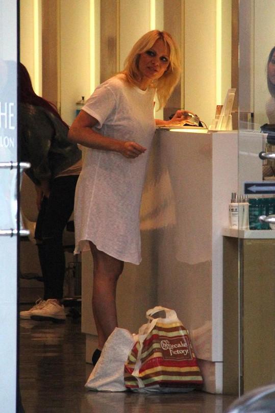 Pamela Anderson vzala maminku do salonu.