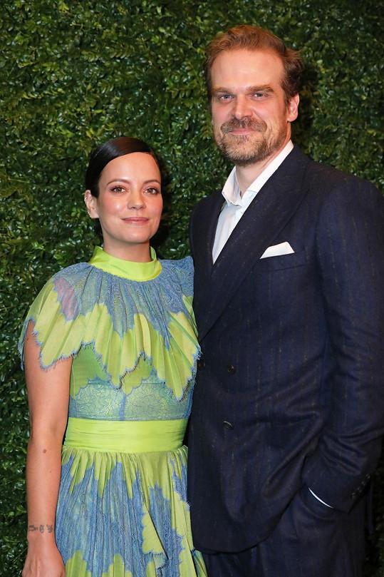 Zpěvačka nyní chodí s americkým hercem Davidem Harbourem.