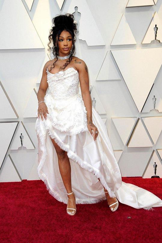 Špatné šaty, špatné vlasy, špatné šperky. Outfit zpěvačky SZA si delší komentář ani nezaslouží.