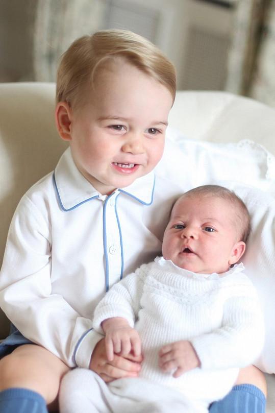 Princezna Charlotte po narození se starším bratrem Georgem