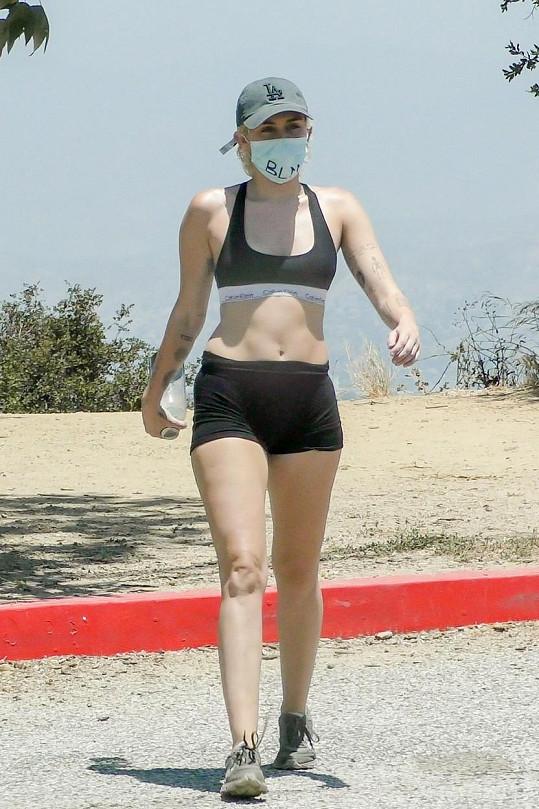 Zpěvačka si vyšla ve sportovní podprsence a kraťasech.