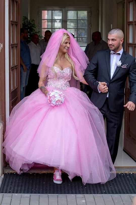 V říjnu roku 2015 se Zuzana vdávala v této růžové hrůze.